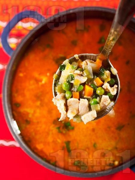 Супа от бяло пилешко месо от гърди, грах, моркови, лук и червен пипер (без картофи и фиде) - снимка на рецептата